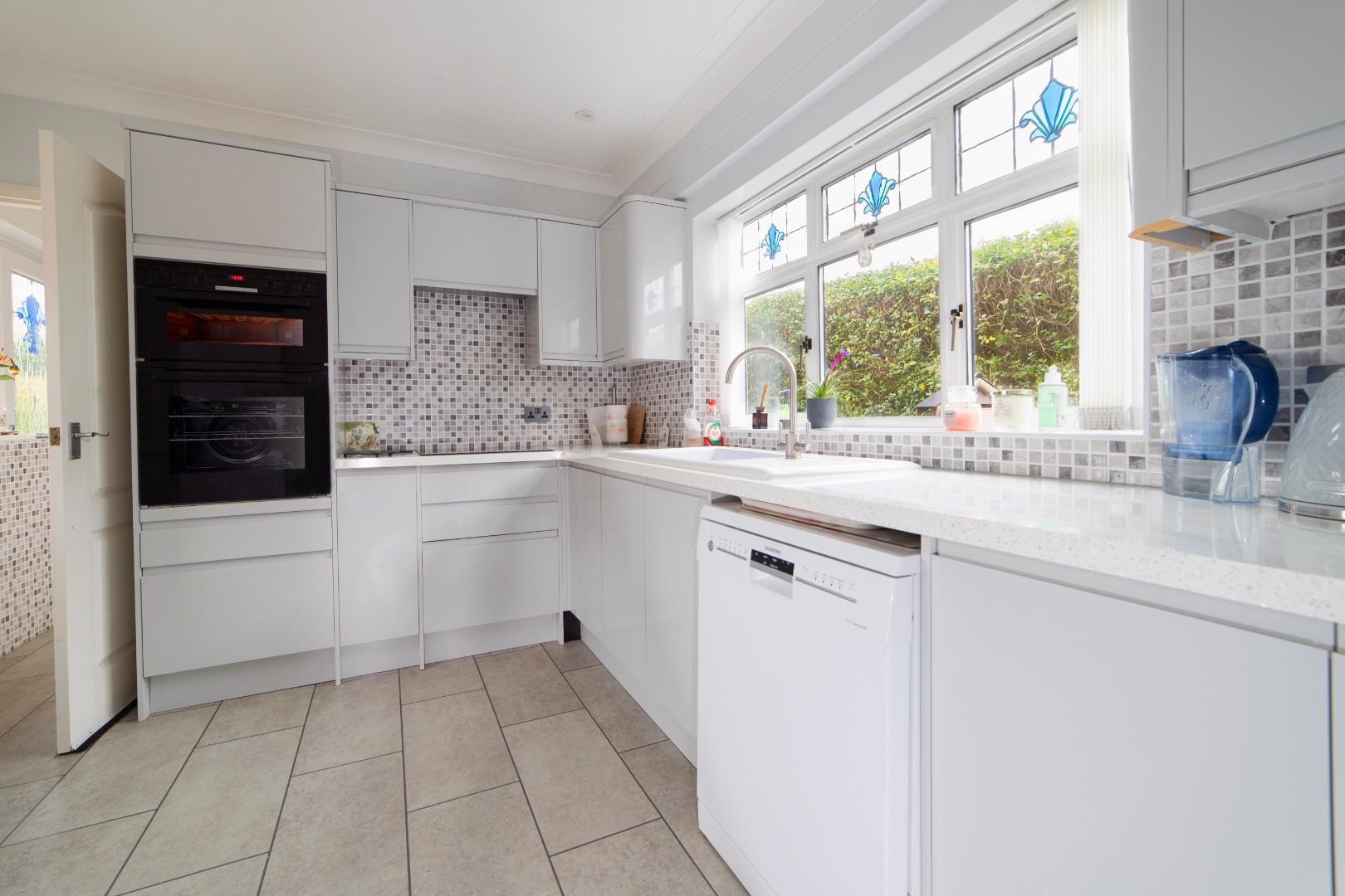 4. kitchen1.jpg